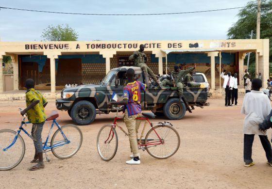 Ciudadanos de Tombuctú dan la bienvenida a soldados malienses. / ERIC FEFERBERG (AFP)